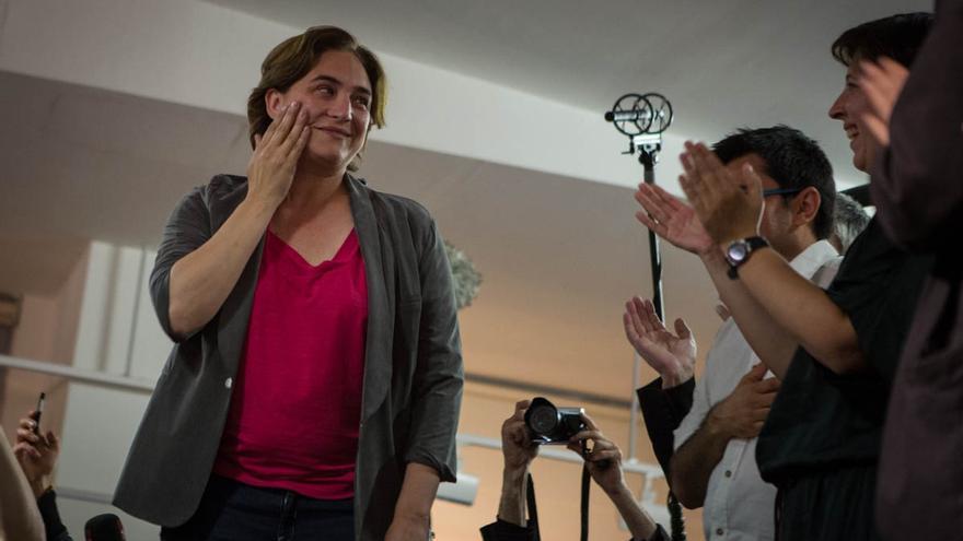 Ada Colau se seca las lágrimas antes de comparecer para celebrar la victoria / ENRIC CATALÀ