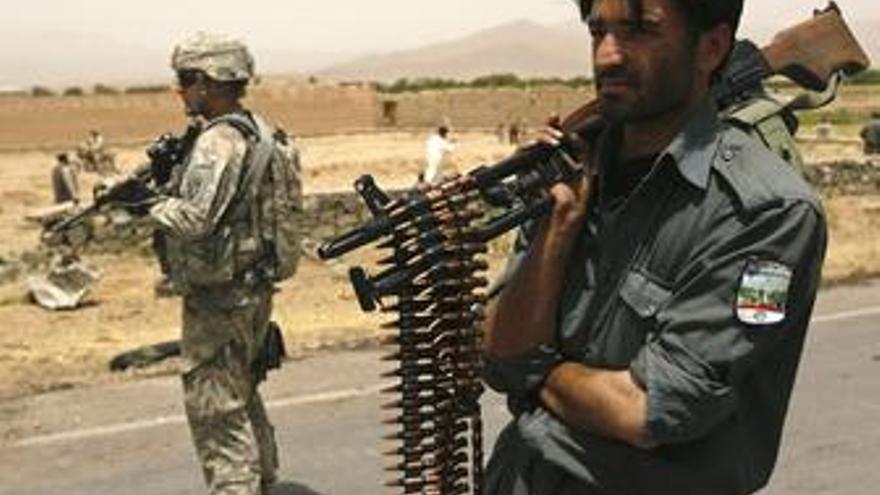 Soldado de EEUU y policía afgano en Afganistán