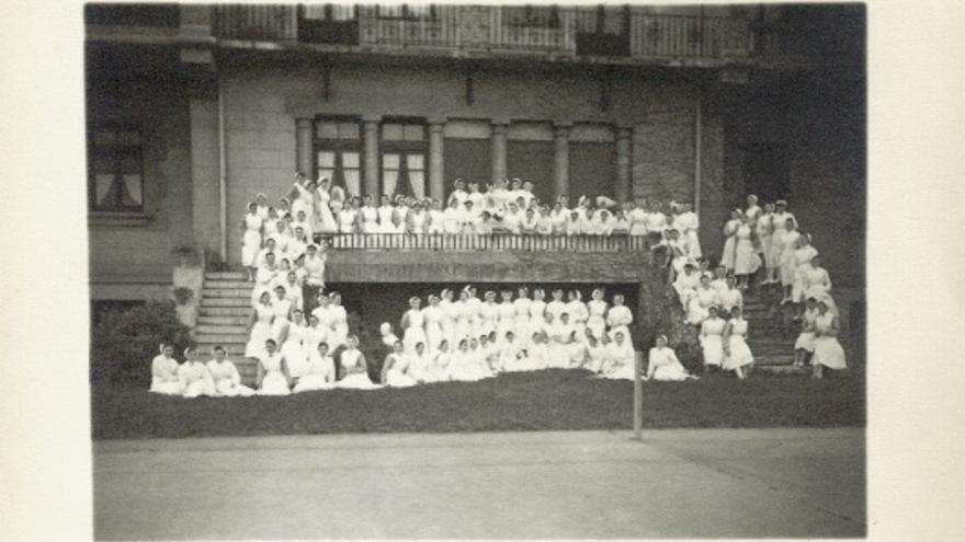 Enfermeras de la Casa de Salud de Valdecilla en la escalinata.