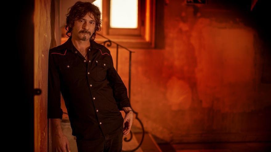 Quique González compartirá escenario en Música en Grande con Carlos Tarque y Sidecars.