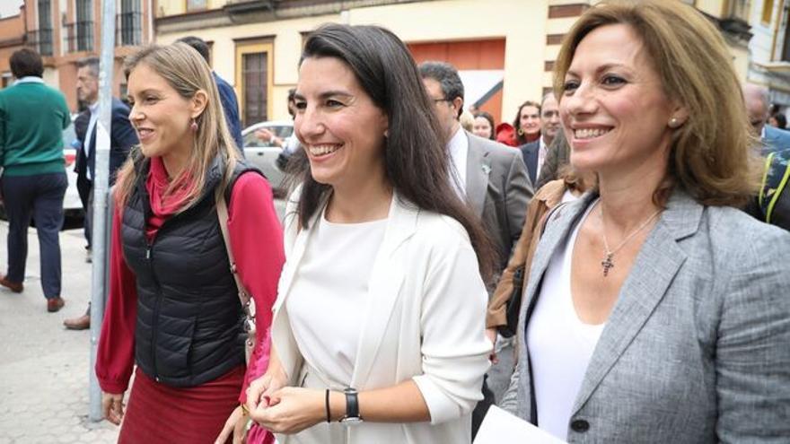 Rocio Monasterio y dirigentes andaluzas de Vox señando a un centro de emigrantes en Sevilla