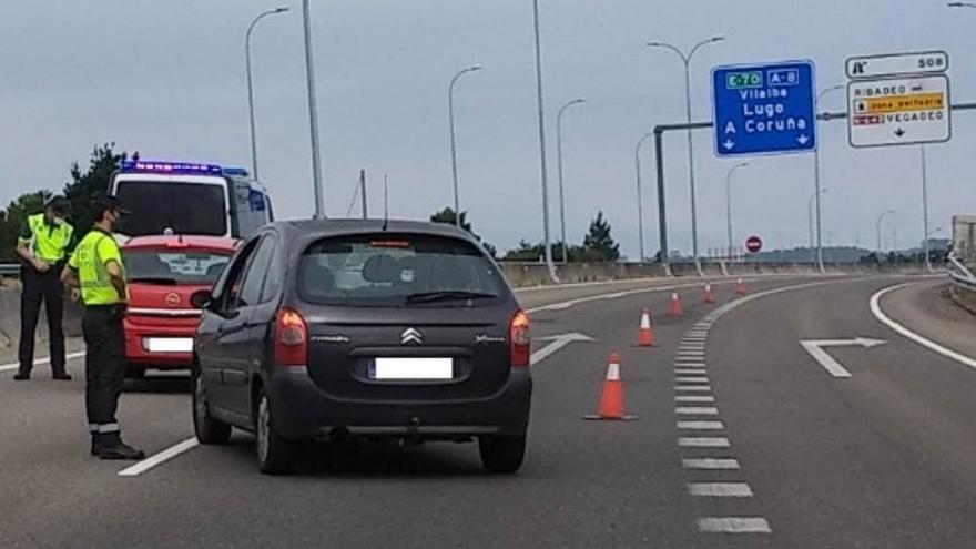 Sorprendidos en Ribadeo tres ocupantes de un coche que viajaban sin permiso de Cantabria a La Coruña