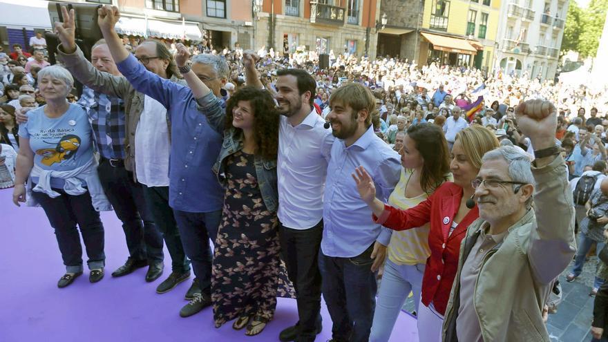 Alberto Garzón, en el centro, y Gaspar Llamazares, derecha, junto a miembros de Podemos en la campaña del 26J.