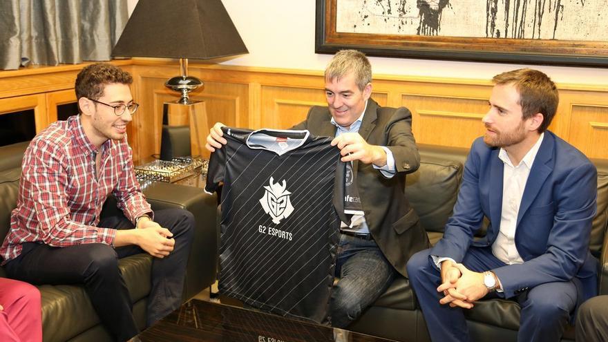 Mithy le entrega una camiseta al presidente del Gobierno de Canarias, Fernando Clavijo.