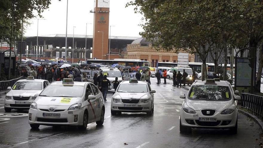 Los taxistas piden al PP medidas para poder competir con Uber y Cabify