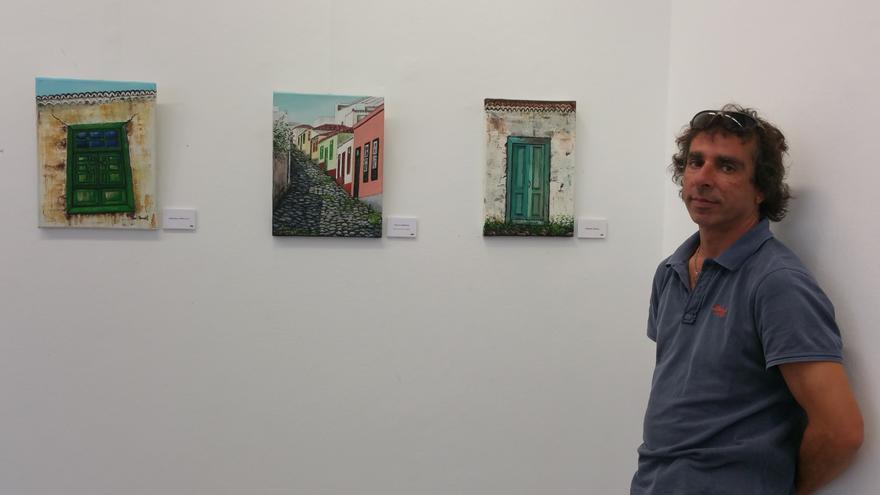 José Manuel Hernández junto a tres de sus obras. Foto: LUZ RODRÍGUEZ.