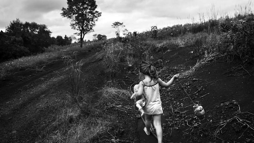 Una niña corre a través de los campos argentinos. | Foto: Pablo E. Piovano