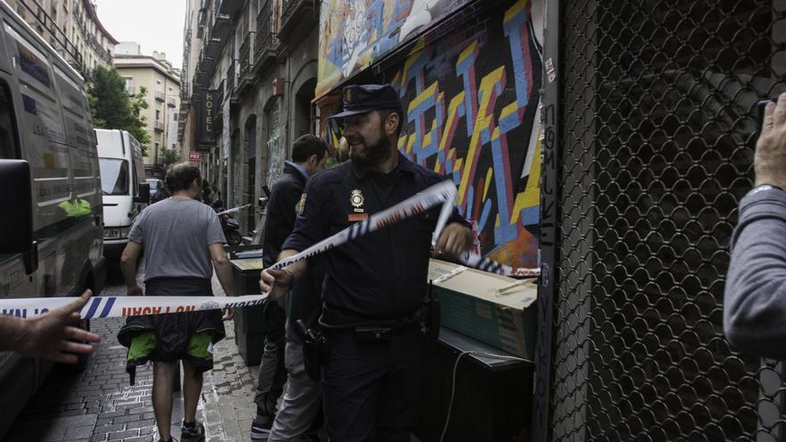 Un agente acordona la zona mientras integrantes del centro social intentan sacar algunas pertenencias / Diso Press