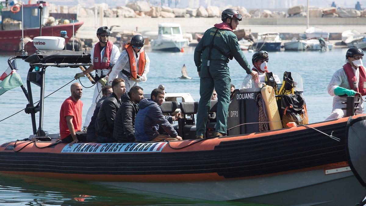 Guardacostas con migrantes en el Mediterráneo francés.
