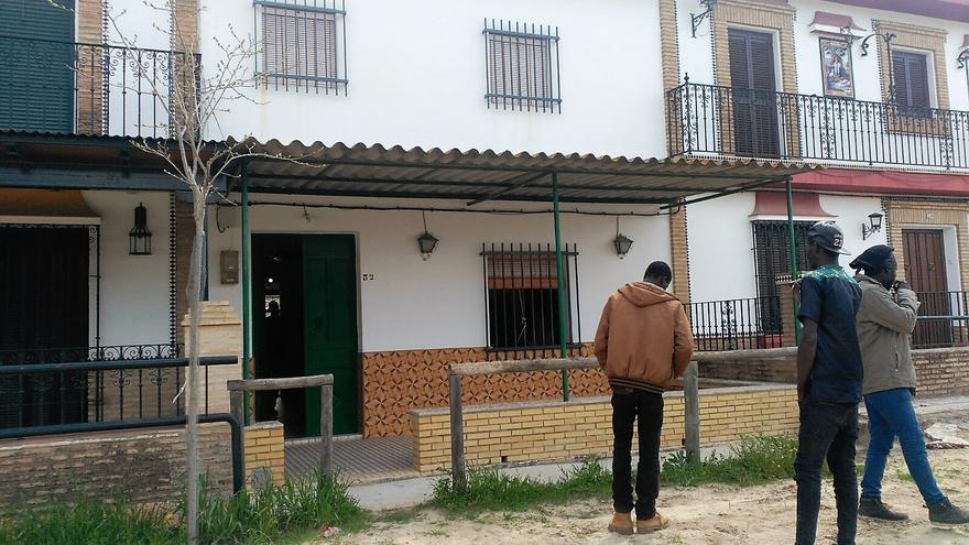 Tres de los beneficiados con el programa frente a la casa en la que ahora viven.