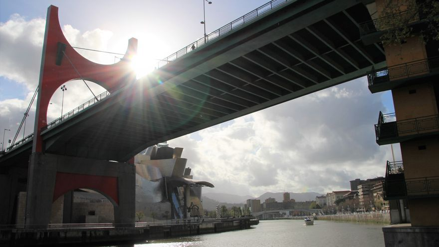 Vista del puente de La Salve y el museo Guggenheim desde la margen derecha de la ría.