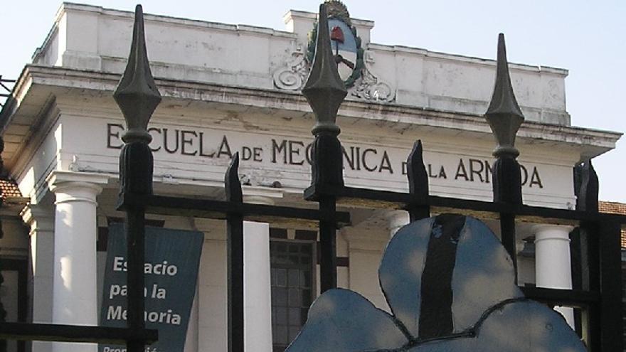 Una obra de arte frente a la ex Escuela de Mecánica de la Armada, que funcionó como centro de detención durante la dictadura en Argentina. /P.V.