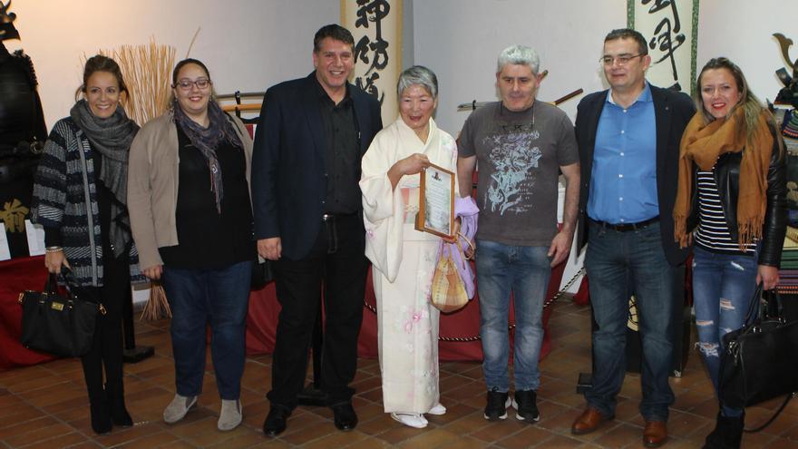 El concejal de Cultura y primer teniente de alcalde de El Paso,  Andrés Carmona (el tercero por la izquierda), en la inauguración de la exposición de las jornadas sobre Japón.