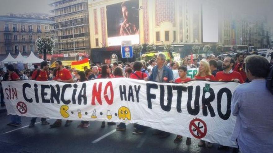 Durante el paso de la manifestación por la Gran Vía. \ @emitiendo