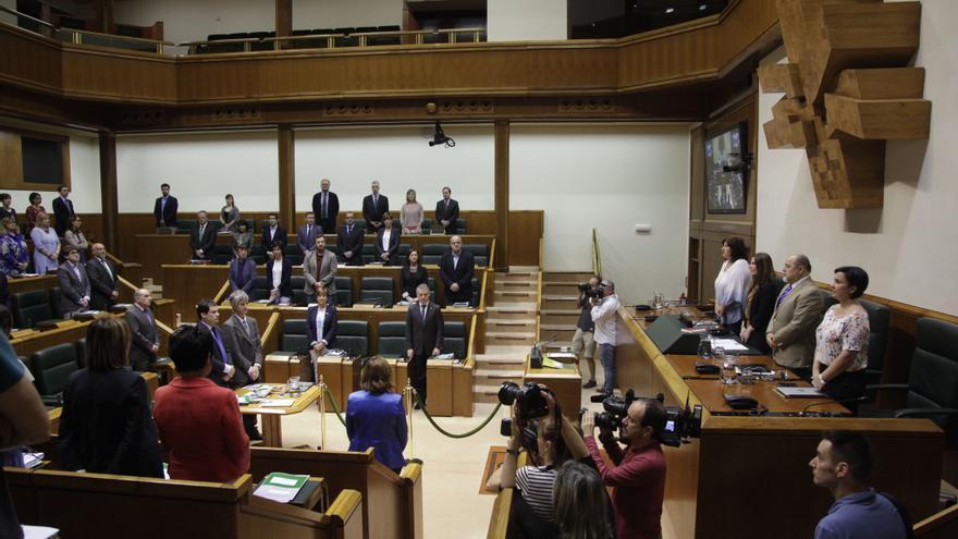 El Parlamento Vasco durante el minuto de silencio por los atentados de Londres y Teherán