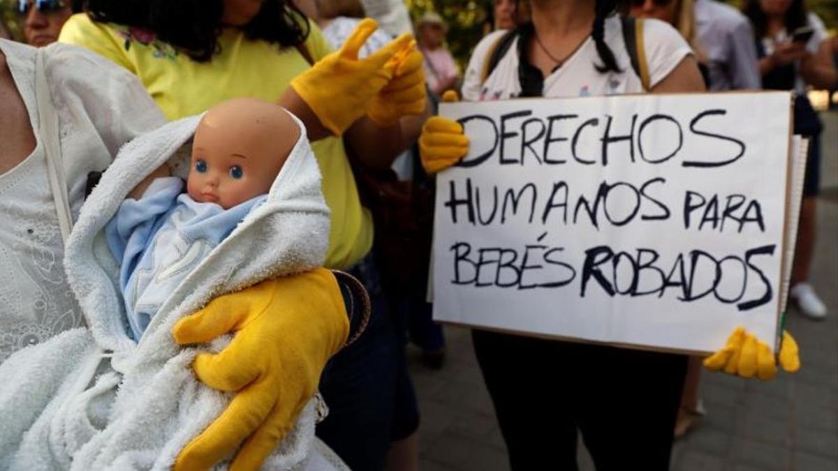 """Foto de recurso de una manifestación para exigir """"derechos humanos"""" en los casos de 'bebés robados'"""