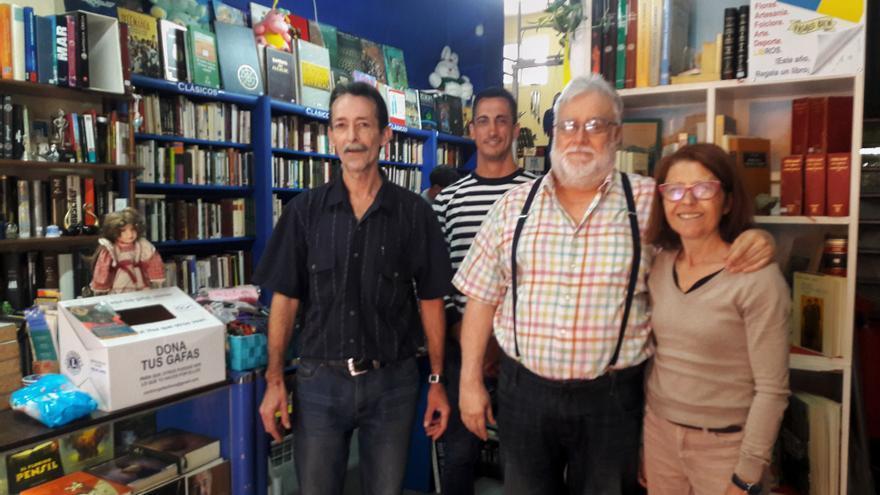 Parte de la familia que forma parte de Solican, con Luis de la Cruz, en su tienda de la capital tinerfeña