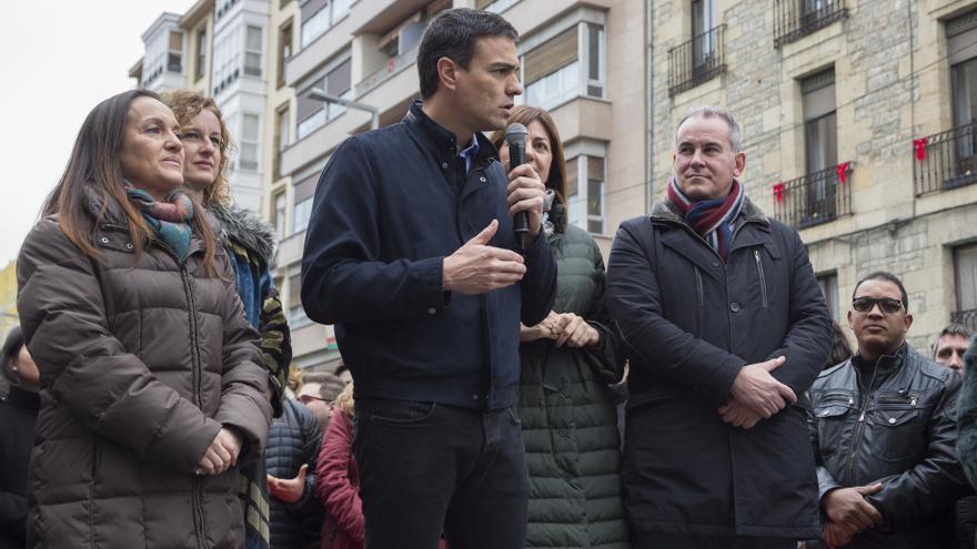 Pedro Sánchez durante su intervención en las calles de Vitoria.