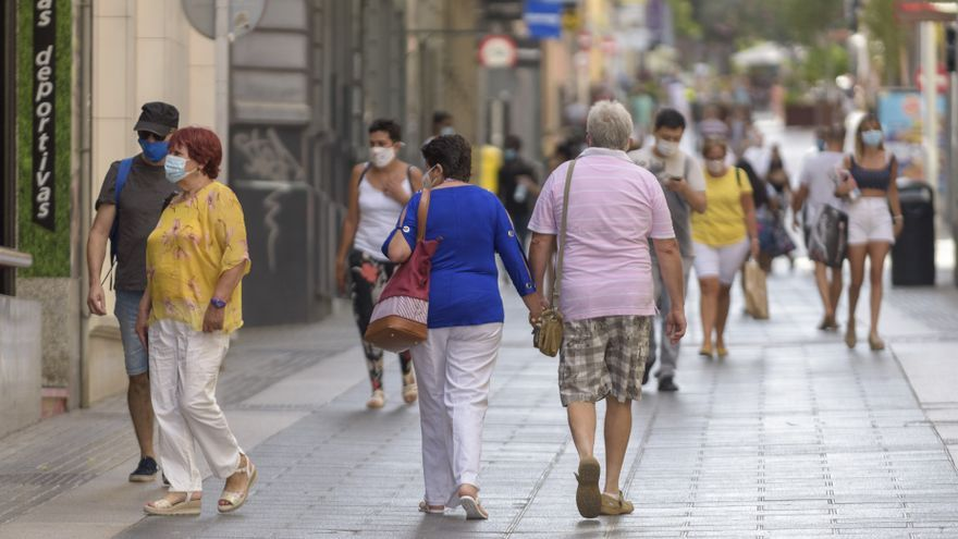 Archivo - Personas con mascarilla paseando por la calle Castillo, en Santa Cruz de Tenerife