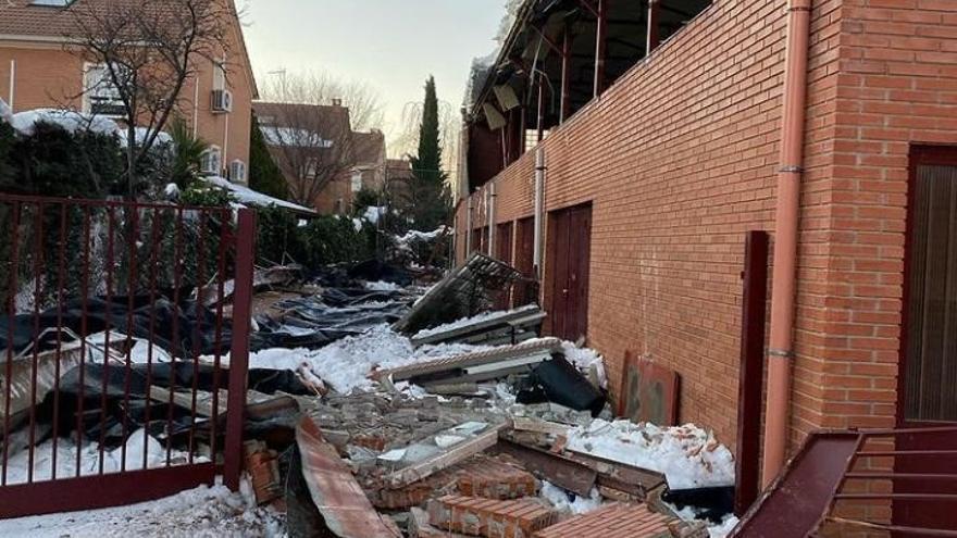 Pared derrumbada del polideportivo del colegio 'Giovanni Antonio Farina' de Azuqueca de Henares