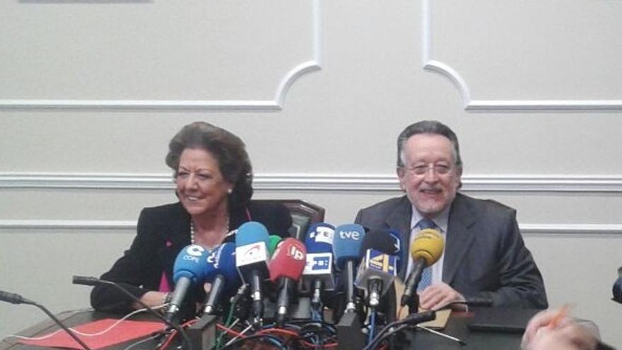 Rita Barberá y Alfonso Grau, en la rueda de prensa de dimisión del ex vicealcalde