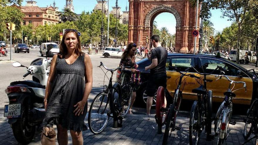 Pilar Pérez, impulsora de la campaña 'Anem a mil' frente al Arco de Triunfo de Barcelona