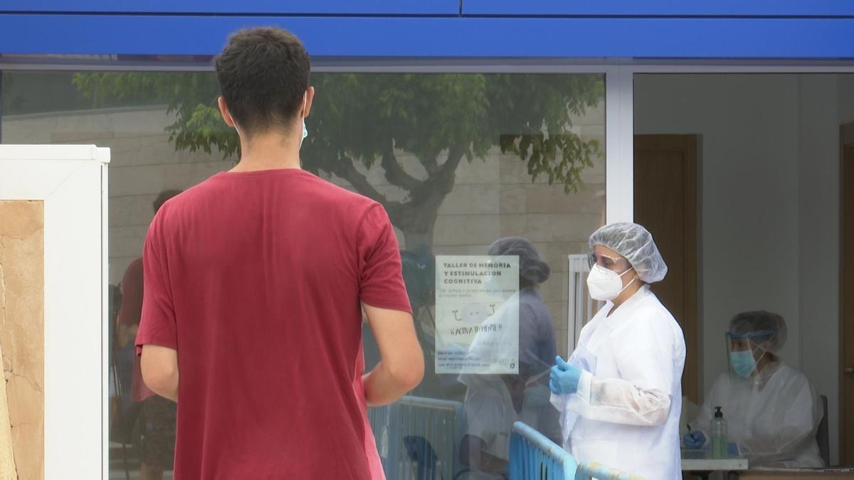 Joven espera para que le realicen una prueba PCR.