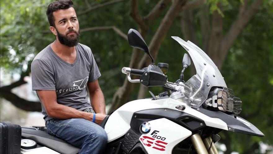 El colombiano que recorre América en moto para ayudar a los niños sin recursos