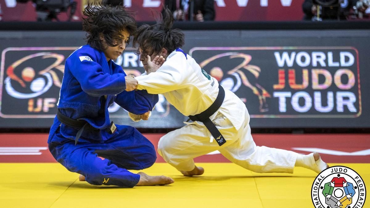Julia Figueroa, de blanco, en un combate.