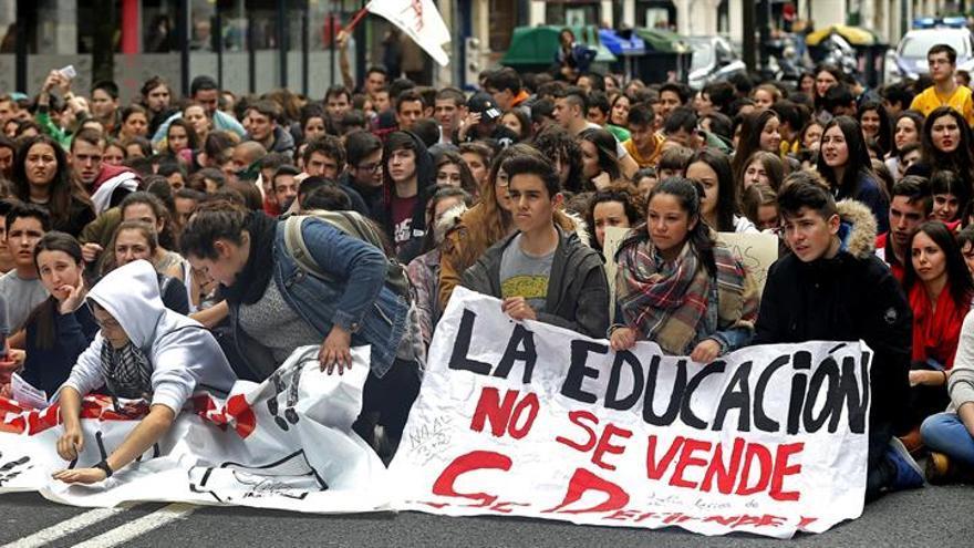 Desalojan dos centenares de alumnos que protestaban por Lomce en U.País Vasco