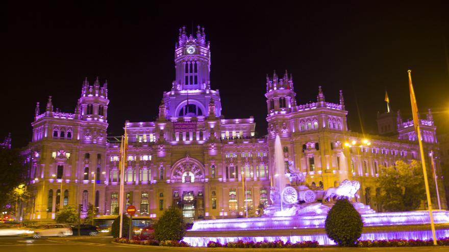 El edificio de Correos en Madrid, 'teñido' de violeta.