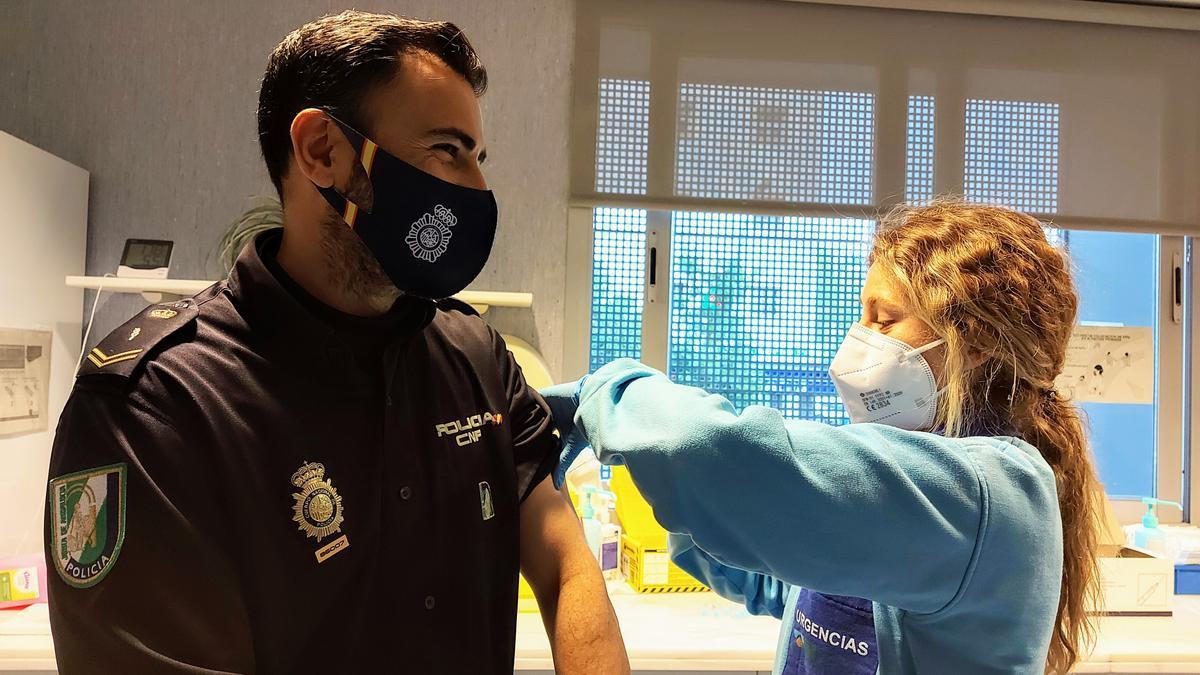 Un agente de la Policía Autonómica recibiendo la vacuna