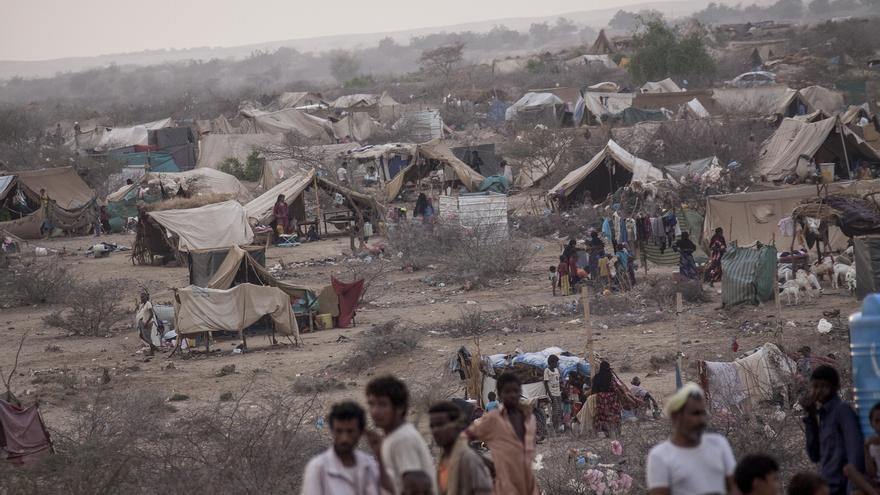 El conflicto ha provocado ya más de 1,2 millones de desplazados que, en algunos casos, tienen que soportar temperaturas de hasta 52 grados °C. El campo de Al Manjoorah, al noroeste del país, acoge a yemeníes desplazados expulsados a causa de los intensos combates en la ciudad fronteriza de Haradh. Fotografía: Narciso Contreras/MSF