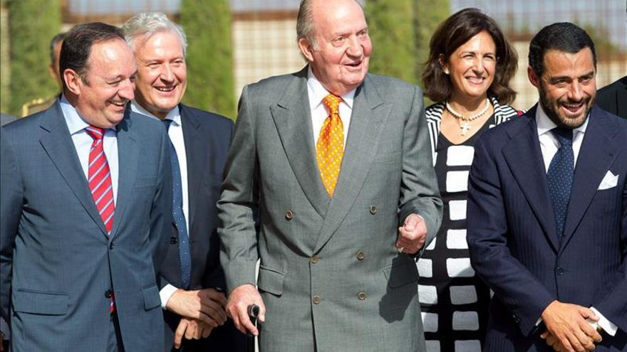 El rey Juan Carlos llegó a Montevideo para asistir a relevo presidencial
