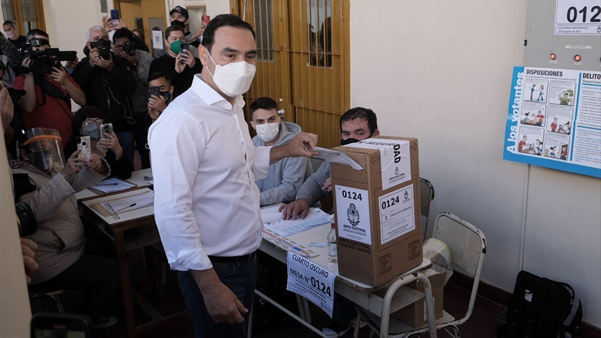 Gustavo Valdés, gobernador de Corrientes, vota en las elecciones provinciales de agosto.