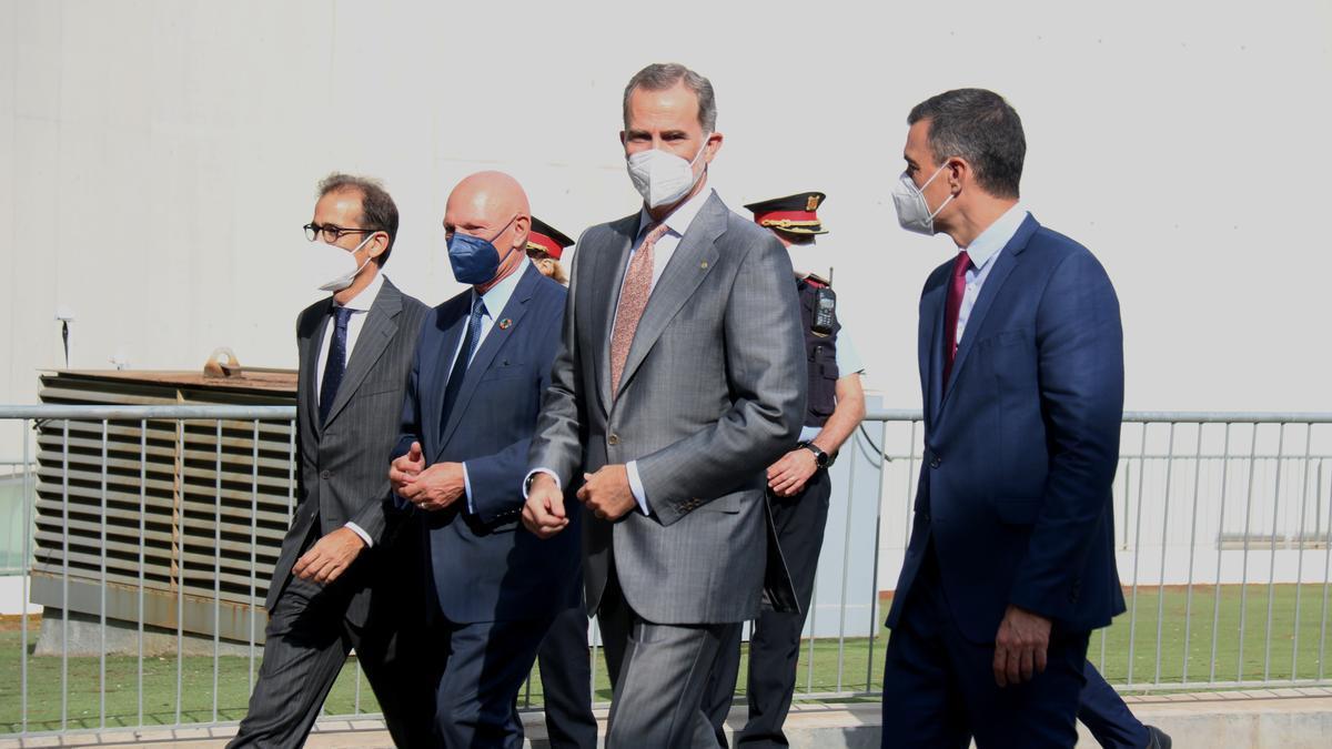 El rey acompañado de Pedro Sánchez a la entrada del Mobile World Cogress.