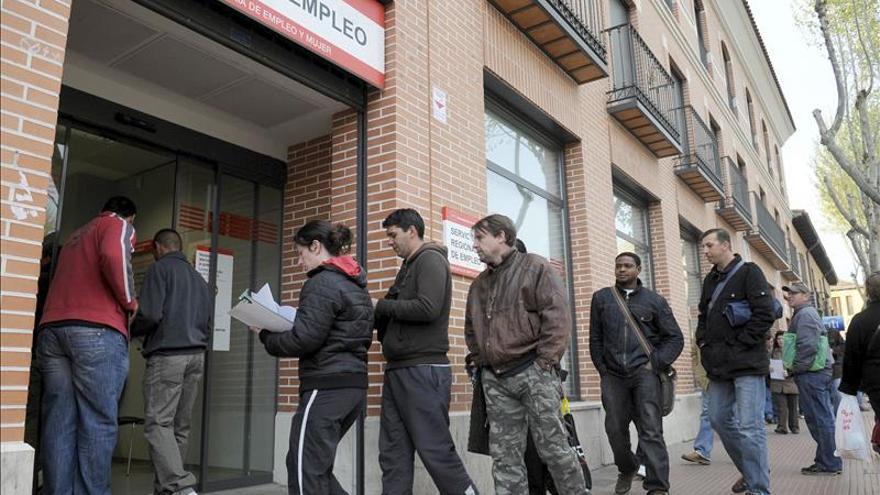 El desempleo sigue bajando en la eurozona, aunque solo tímidamente