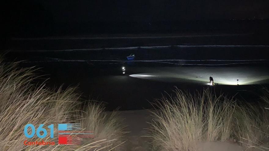 Buscan a un hombre de 41 años tras volcar su barco frente a la costa de Laredo