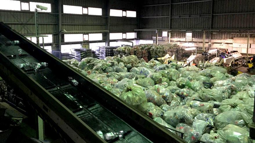 Los envases se llevan a plantas de cuenteo en bolsas precintadas, también reutilizables, donde se separan, se cuentan y se compactan