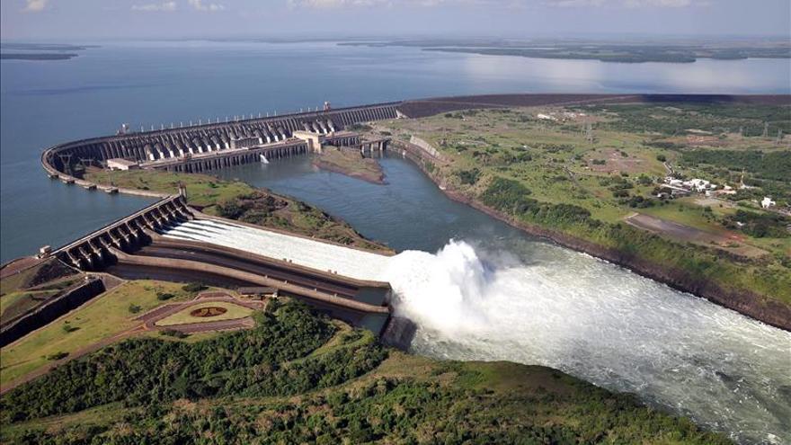 La hidroeléctrica de Itaipú recibe récord de visitantes al abrir sus compuertas