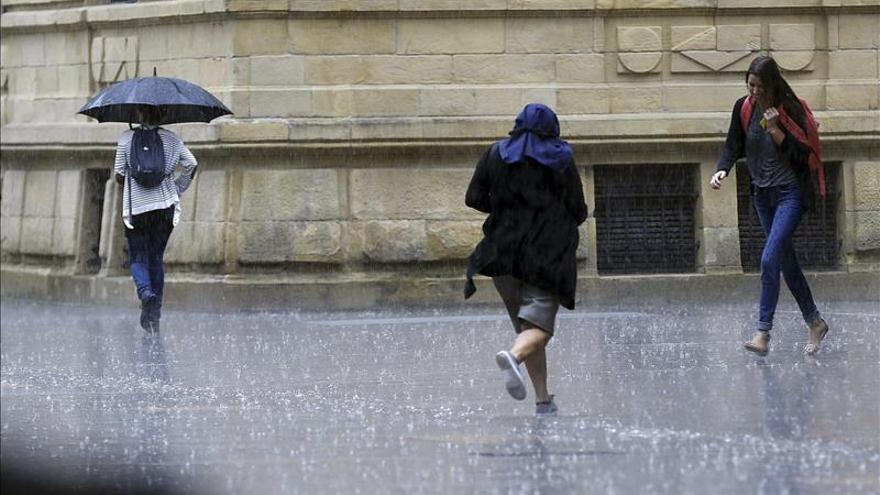 Lluvia y temperaturas más bajas, inicio de un fin de semana casi otoñal
