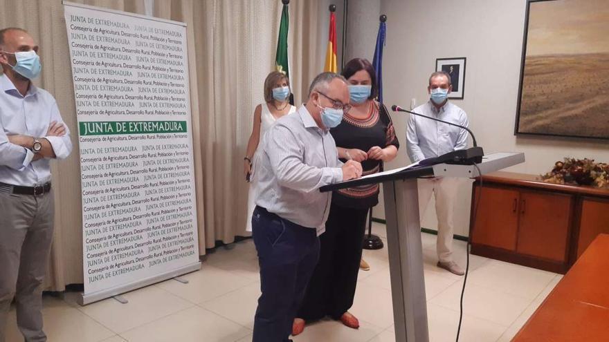 La consejera de Agricultura y los responsables de la empresa firman el contrato de obras