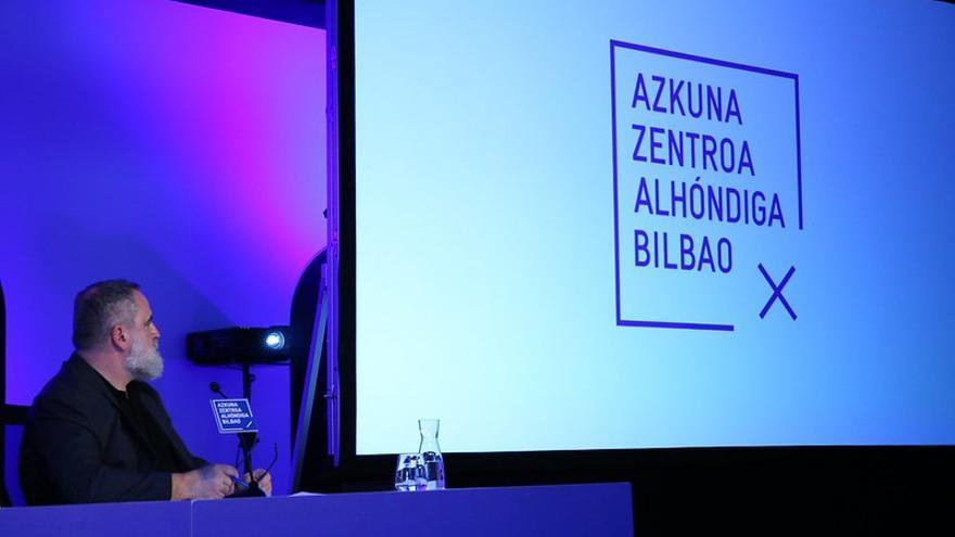 Fernando Pérez, director de Azkuna Zentroa mirando el nuevo logotipo del centro con motivo del décimo aniversario