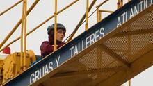 Una de las activistas trepada a una de las grúas que construyen el hotel en La Tejita