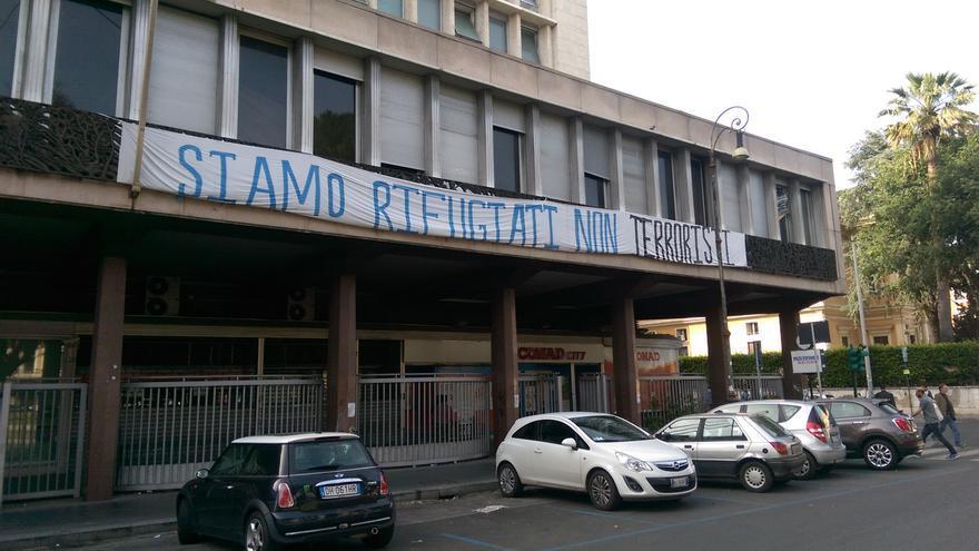 """Pancarta colgada en la fachada del centro que dice """"Somos refugiados, no terroristas""""   Foto: Ismael Monzón"""