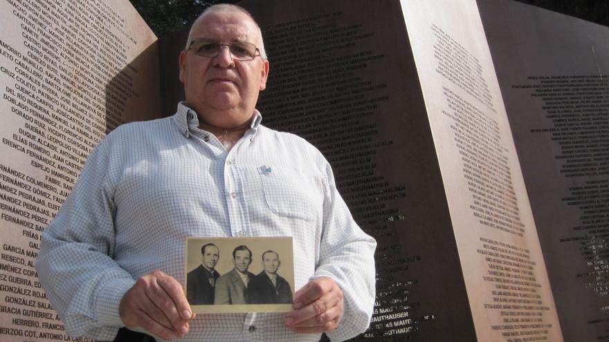 El sobrino de Licesio López, con una foto suya y de sus hermanos, ante el monumento en recuerdo a las víctimas cordobesas del nazismo.