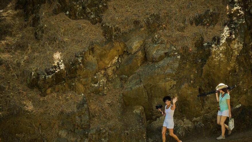 Dos alumnas de FotoGasteiz en un paraje de La Palma. Foto: MANU MORENO.