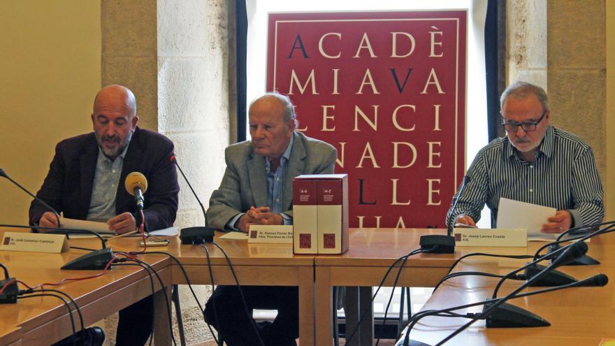 De izquierda a derecha, Jordi Colomina, Ramon Ferrer y Josep Lacreu en la presentación a la prensa del 'Diccionari normatiu' de la AVL