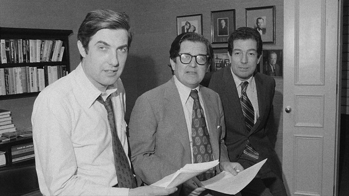 El periodista Neil Sheehan (en primer plano) junto al director del New York Times y el jefe de internacional en la redacción el día que le dieron el premio Pulitzer en 1972 por la publicación de los papeles del Pentágono.