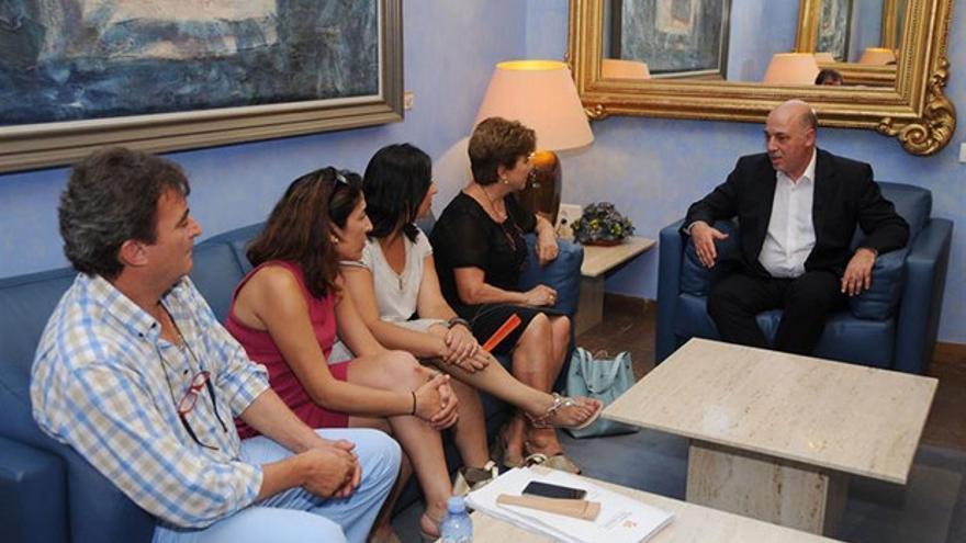 El presidente de la Diputación, con miembros de la plataforma, ayer.